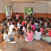 Copii care își exersează vocea pe melodii populare