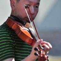 Un violonist din Japonia învață cântecul din zona Călata