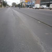 Diferență de nivel vizibilă între linii și cealaltă parte a drumului/Foto:Radu Bărăian
