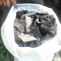 Lemnele se clădesc într-o formă numită bocșă, apoi sunt arse lent pentru obținerea mangalului