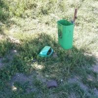 Coș de gunoi distrus/Foto: Radu Bărăian