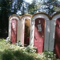 Toaletele publice sunt de asemenea în paragină/Foto: Radu Bărăian