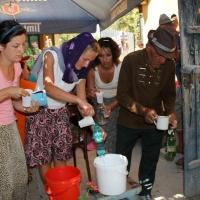 Popas la una din casele care oferă pelerinilor de mâncare/Foto: Dan Bodea