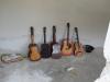 Chitarele așteaptă să înceapă muzica