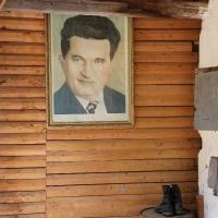 Tabloul lui Ceaușescu, lângă o pereche de cizme (sic!)