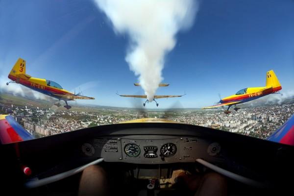 O demonstraţie spectaculoasă a echipei de acrobaţie aviatică Hawks of Romania