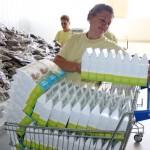 """Angajații """"Plafar"""" aranjează pachetele/Foto: Dan Bodea"""