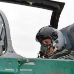 Deși nu e chiar Tom Cruise,   Mircea Dușa nu arată rău pozând în postura de pilot militar /Foto: MApN