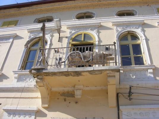 Balconul Palatului Rhedey din Sângeorgiu de Pădurem unde s-a născut contesa Claudine