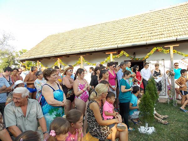 Turiștii au asistat la eveniment chiar și în costume de baie