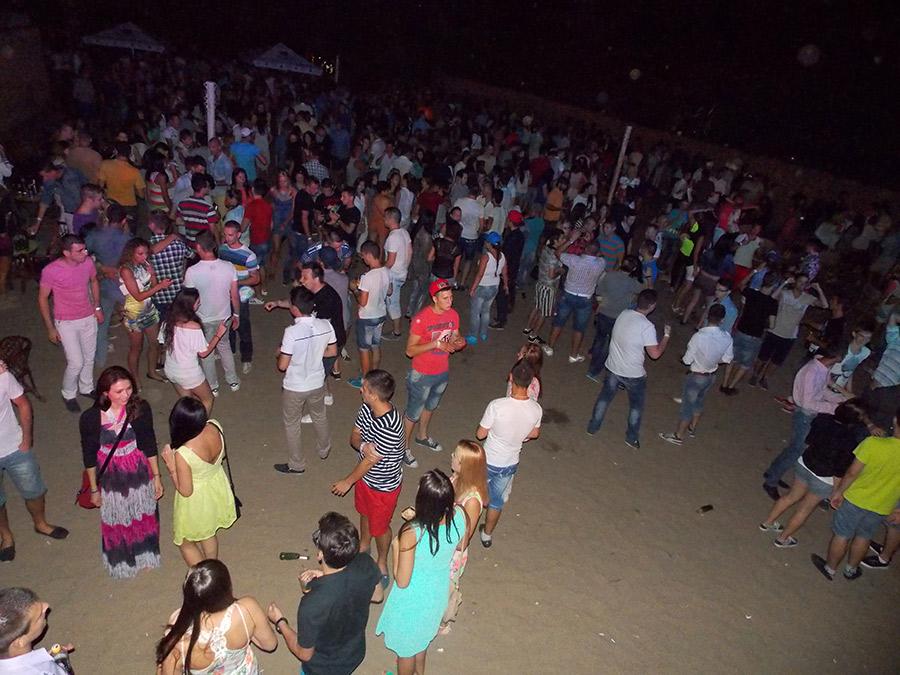 Petrecerea se organizează în fiecare vineri seara