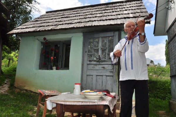 Dumitru Cilica în fața casei sale
