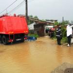 Scurgerile de pe versanţi au inundat  mai multe locuinţe
