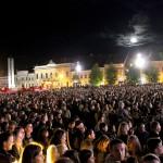Serbările populare adună mii de oameni în stradă