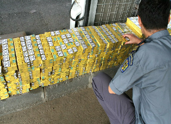 Microbuzul transporta peste 28.000 de  țigări /  Sursa foto: ijfpmm.ro
