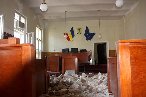 Tavanul s-a prăbușit din senin,   la un metru de banca avocaților