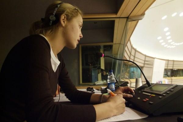 Departamentul de Limba Română din cadrul Direcţiei Generale Traduceri,   Comisia Europeană,   numără 77 de angajaţi