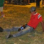"""Bărbatul a fost prea """"obosit"""" pentru a-l vedea pe Nana în concert,   aşa că a decis să se odihnească pe iarba din centru"""