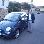 Luciano conduce un Fiat,   semn al patriotismului său nealterat de distanţă