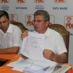 Dinu Birtoc, viceprimarul din Călinești Oaș, a făcut public proiectul care era adoptat cu nouă voturi pentru și o abținere/ FOTO Vasile Mihovici