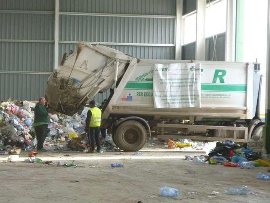 """O nouă rampă ilegală de depozitare a deșeurilor lângă Piața Agro Transilvania din Dezmir. """"100% nu are autorizație"""""""