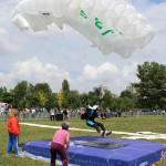 Salturile cu parașuta ale Simonei Stan au fost admirate de mii de sătmăreni în cadrul Mitingului Aviatic care s-a desfășurat la sfârșitul săptămânii