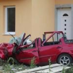 Mașina izbită de gradul de beton a fost avariată în proporție de 80% / Sursa foto: mesagerul.ro
