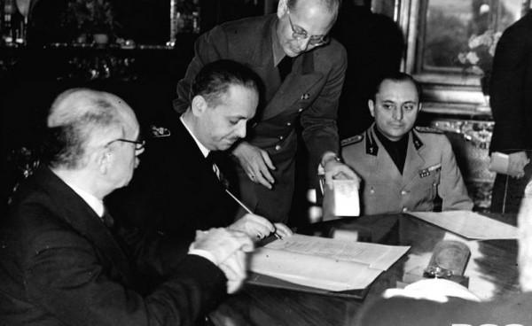 Ministerul de Externe al Ungariei,   Istvan Csaky,   semnând arbitrajul
