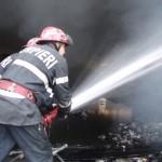 Pompierii bănuiesc că incendiul a pornit de la casa afectată cel mai grav / Sursa foto: citynews.ro