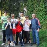 Gheorghe Sabău (foto, în dreapta) alături de câțiva sportivi pe care îi antrenează, pe ritmuri folclorice