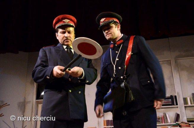 """Emanuel Petran (stânga) în rolul şefului gării din """"Steaua fără nume""""/Foto: Nicu Cherciu"""