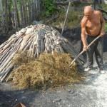 Teodor Tinca pregătește bocșa de lemn de fag,   care,   prin ardere lentă,   devine mangal de cea mai bună calitate/ Foto: Radu Hângănuț