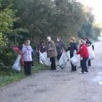 Angajații de la Protecția Mediului și șeful lor au petrecut câteva ore în natură, curățind malul râului Bistrița.