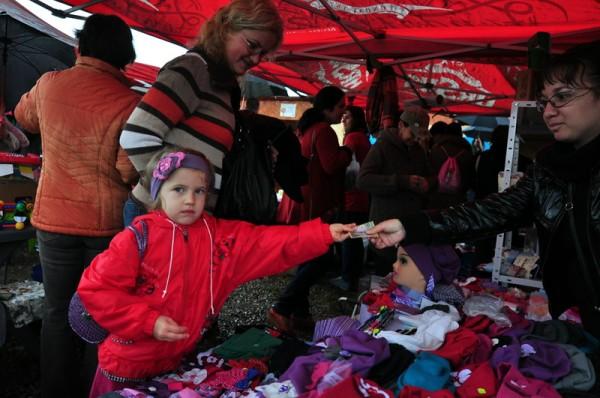 O fetiţă face o donaţie pentru sănătatea lui Mihăiţă