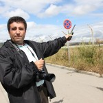 """Petru Dimoff,   unul dintre cei mai devotaţi """"vânători"""" de avioane din România,   în apropierea Aeroportului Internaţional Cluj-Napoca/Foto: Dan Bodea"""