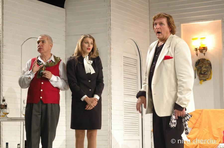 """Angelica Nicoară alături de Florin Piersic și Petre Băcioiu în """"Logodnicele aterizează la Paris""""/Foto: Nicu Cherciu"""