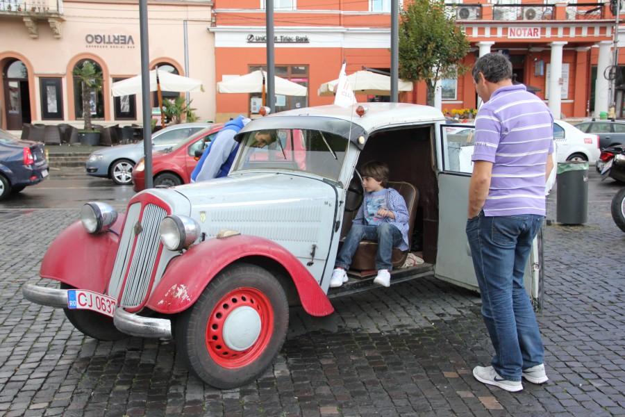 Clujenii au venit cu mic, cu mare la expoziţia de maşini din Piaţa Unirii/Foto: Dan Bodea