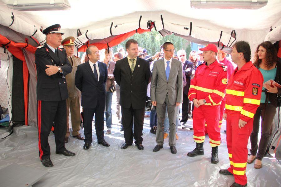 Vasile Şomlea (sânga), alături de oficialităţile clujene, la prezentarea Spitalului Mobil în octombrie 2012/Foto: Dan Bodea