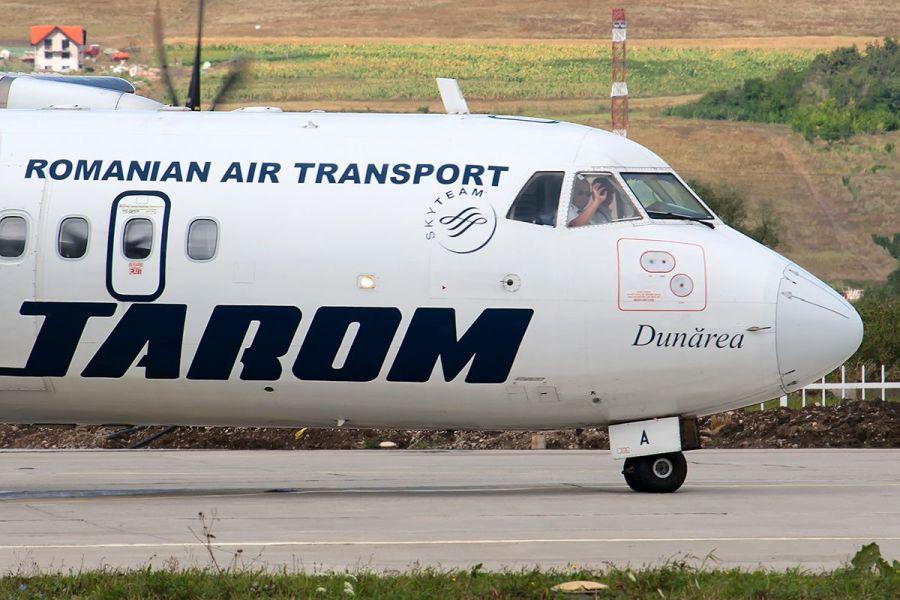 Momentul în care unul dintre piloţii unei aeronave Tarom îi fac cu mâna spotterului clujean/Foto: Petru Dimoff