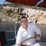Skopelos,   insula unde s-a filmat pelicula Mamma Mia,   este locul care găzduiește și barca lui Ciprian,   Dan și Dezso. Bisericuța Agios Ioannis este situată în vârful unei stanci,   la 100 de metri înălțime și trebuie să parcurgi toate cele 105 trepte cioplite în stâncă pentru a ajunge la capela.