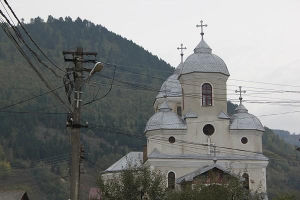 Locuitorii din Sîngeorz-Băi mai pot primi lumină cel mult de la Biserică,   de când becurile de pe stălpi au devenit simple obiecte decorative.