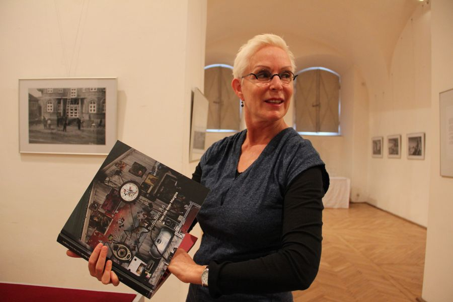 """Expoziţia """"Montzi"""" reprezintă finalul unui proiect care a avut ca obiectiv documentarea locurilor în care a trăit până în anul 1940 mama artistei, Margaret Stenhouse/Foto: Dan Bodea"""