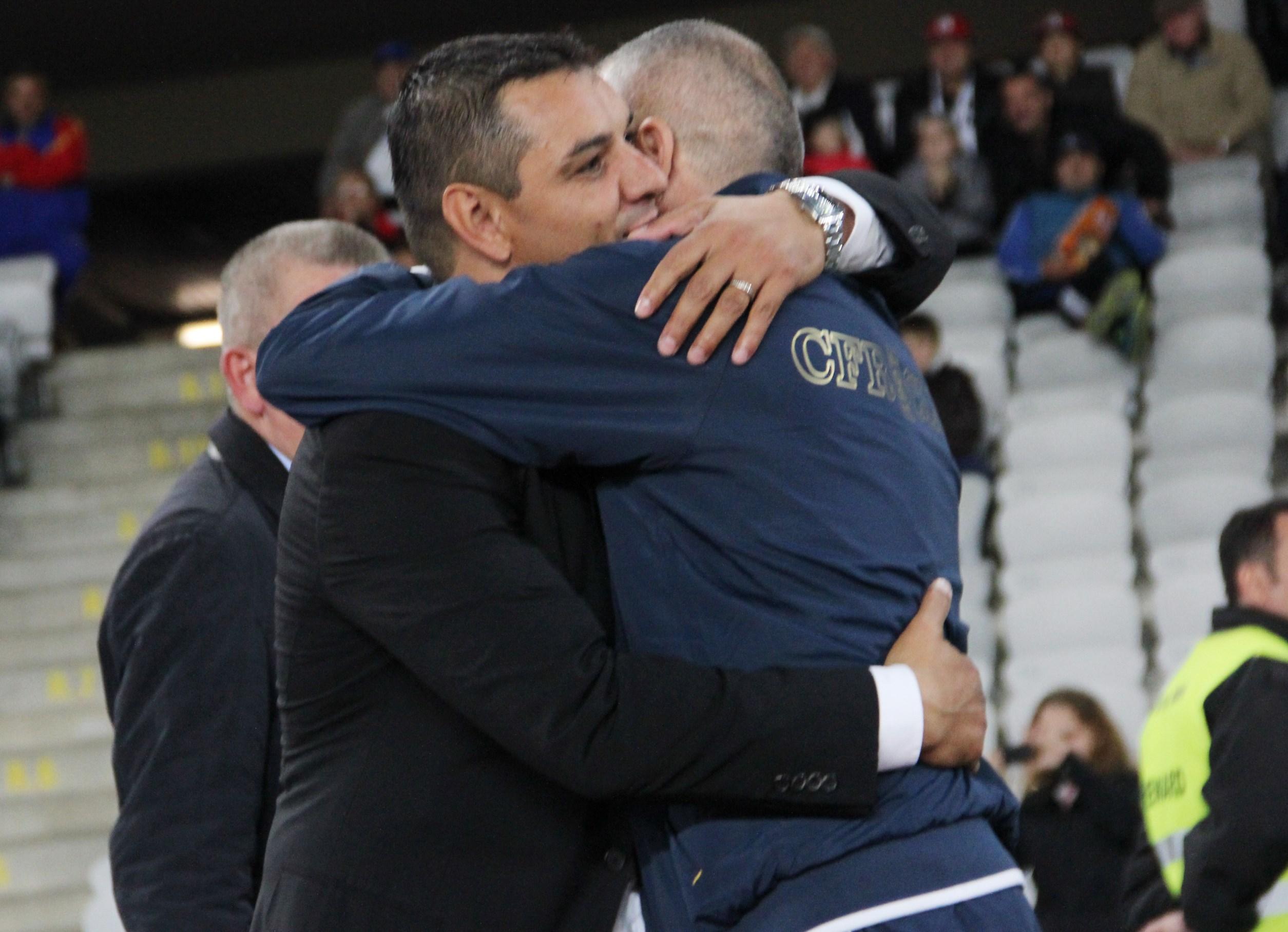 Dovadă de fair-play,   antrenorul Universităţii Cluj şi al CFR-ului,   s-au îmbrăţişat la finalul jocului/ Foto Dan Bodea