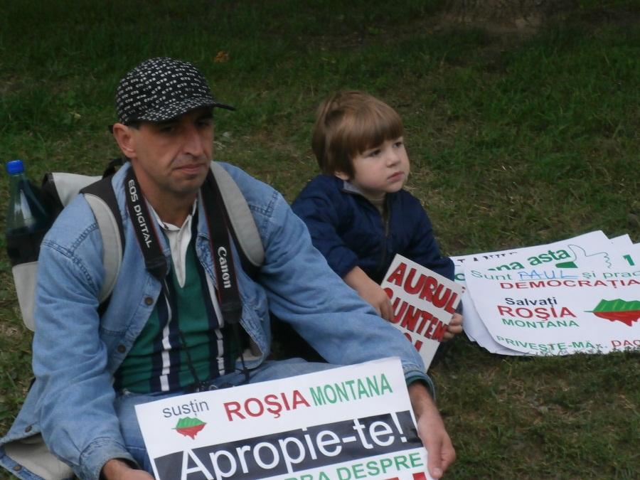 Cu mic,   cu mare,   bistrițenii au înfruntat ploaia și frigul și au protestat împotriva exploatării cu cianură.