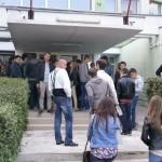 Studenții au așteptat răbdători în fața căminului unde au fost repertizați,   așteptând să le fie strigat numele/ Foto: Radu Bărăian