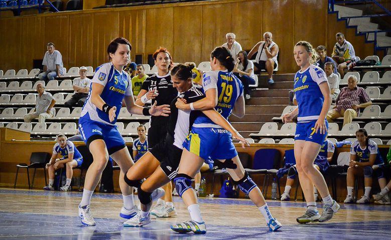 Florina Chintoan (foto,   la minge) a marcat cinci goluri în victoria echipei universitare,   pe terenul rivalei HC Zalău