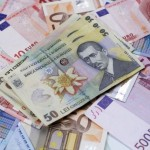 Euro sare de pragul psihologic: peste 4,5 lei la casele de schimb