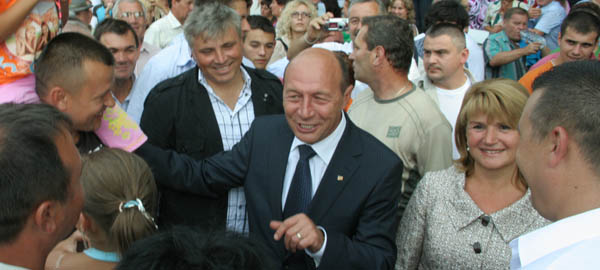 """Preşedintele Băsescu,   huiduit la Ţebea. """"Demisia!"""""""