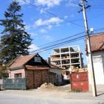 """Made în Cluj: o casă se """"extinde"""" cu trei blocuri"""