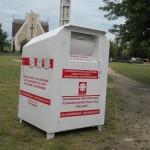 Apel Caritas: Nu mai aruncaţi gunoaie în containerele pentru haine